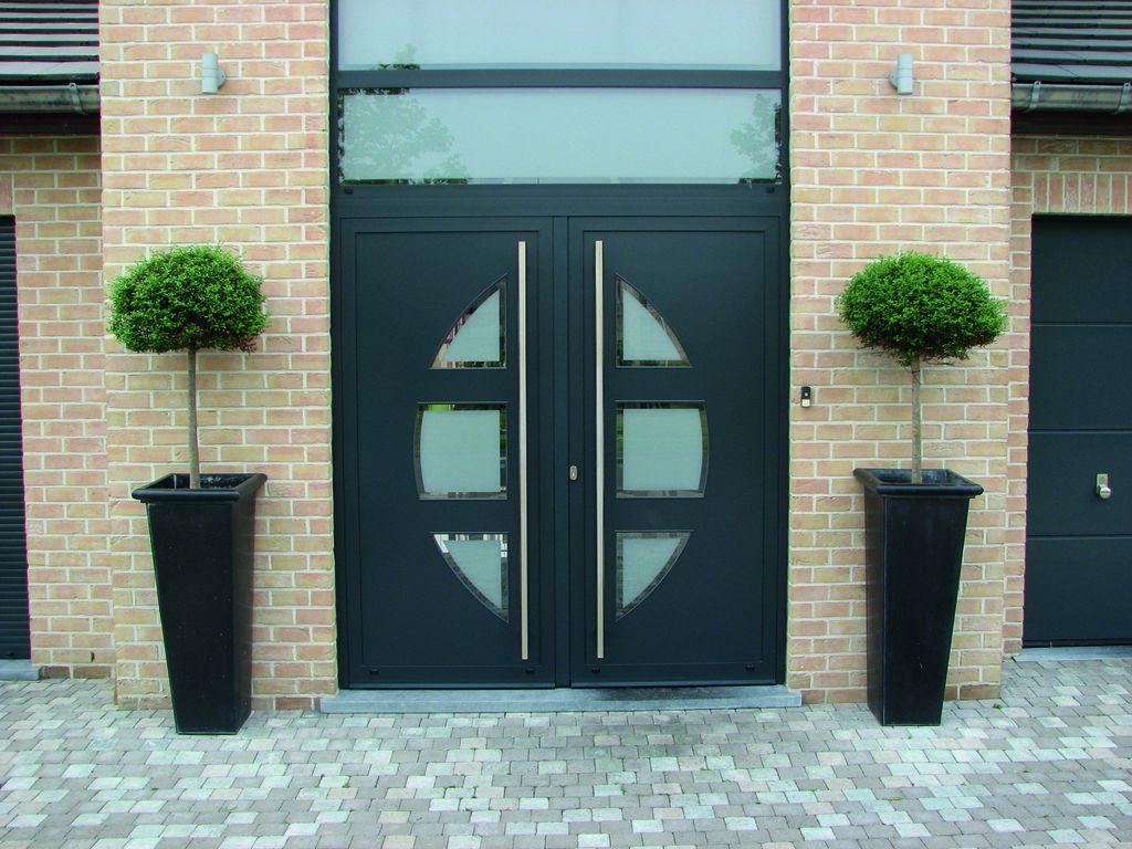 Frager ingang, dubbele deur. Lange RVS handgrepen. #voordeur