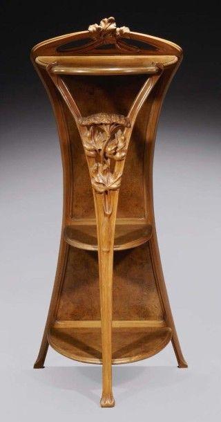 Majorelle Grande Sellette En Noyer Moulure Et Sculpte Trois Plateaux D Entretoise Design Art Nouveau Meubles Art Nouveau Meuble De Style