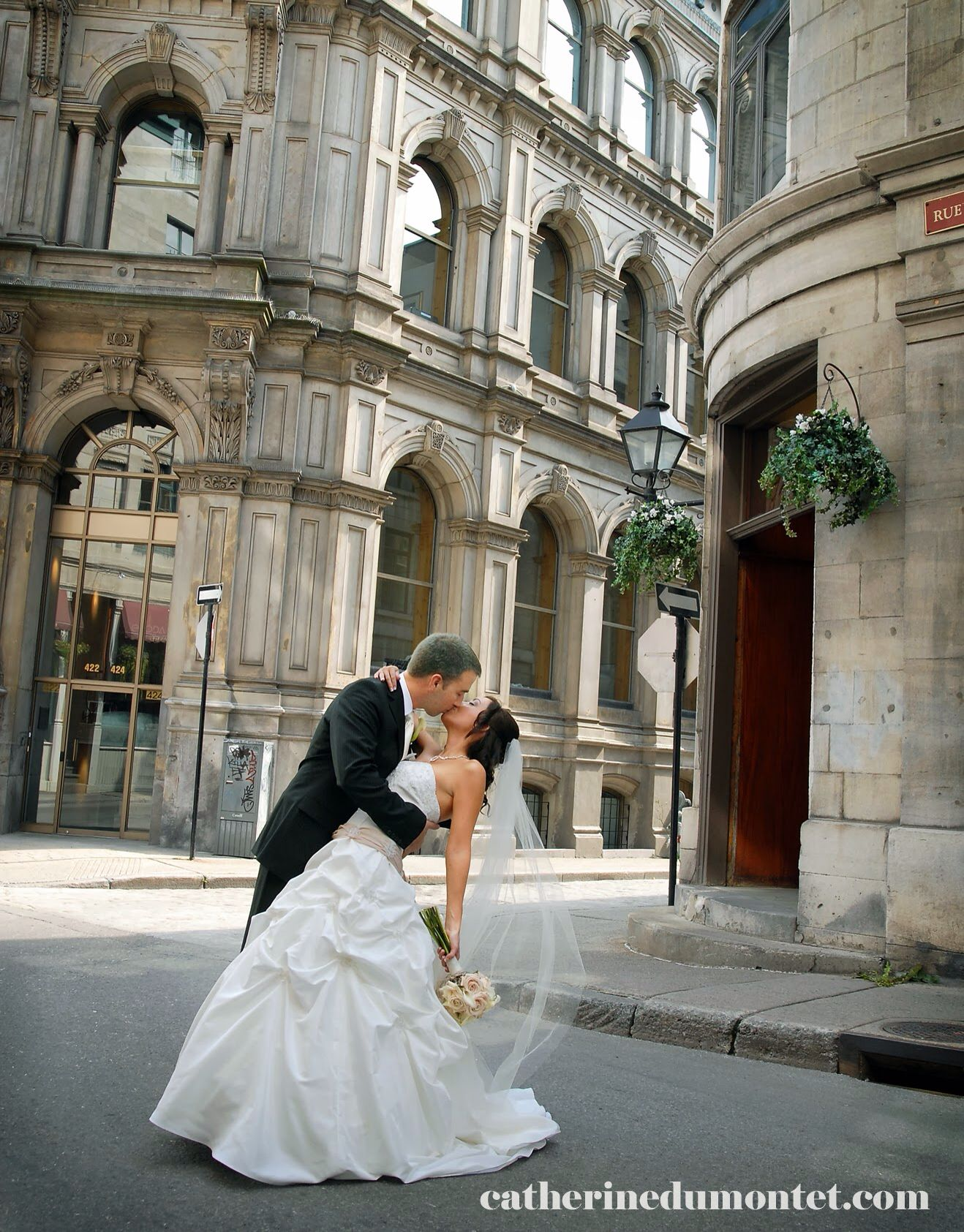 Love this wedding pose! Bride and groom kissing while dipping
