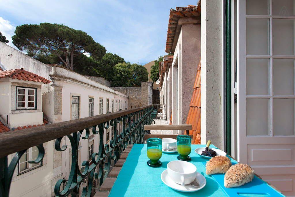 Veja este anúncio incrível na Airbnb: Live Near Castle with River View em Lisboa