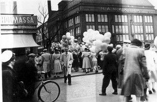Albumit auki, Hankkijan talo; kuva: Veikko Ikonen