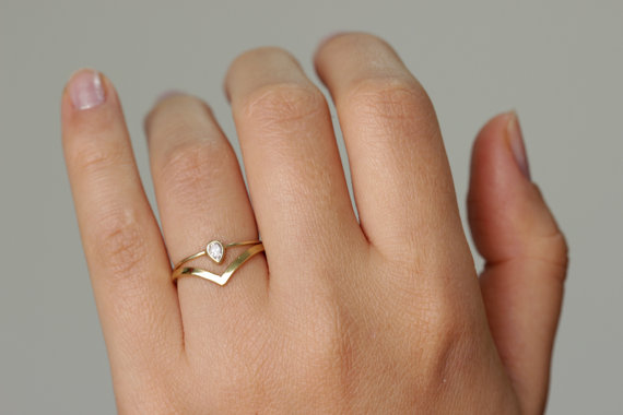 Wedding Pear de diamante conjunto com uma aliança de casamento Curved por artemer
