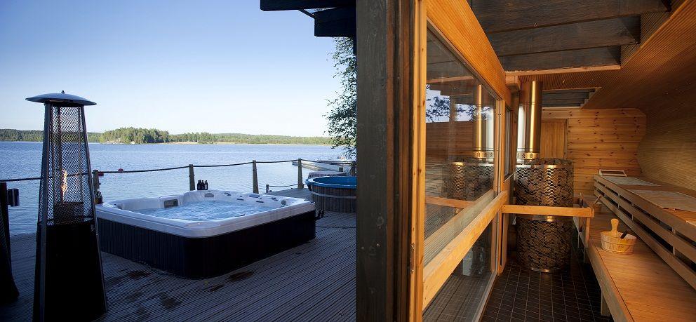 Valloittava saunamaailma.. Lasisaunasta suora näkymä Päijänteelle.