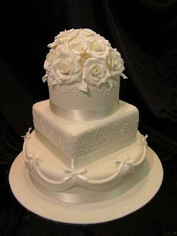 Wedding cakes square and round together