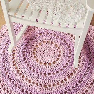 Cadeira de balanço e tapete em crochê