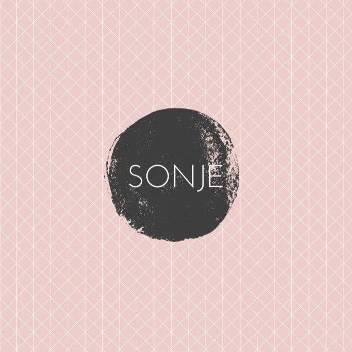 Strak modern geboortekaartje met een zwart wit grafisch geometrisch patroon op een oud roze achtergrond. Uniek en stoer voor een meisje!