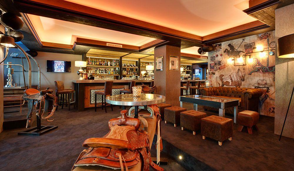 Café Chic Le Poney Club à Annecy. Ambiance Chic Et Décalée. Sièges Cosy Et