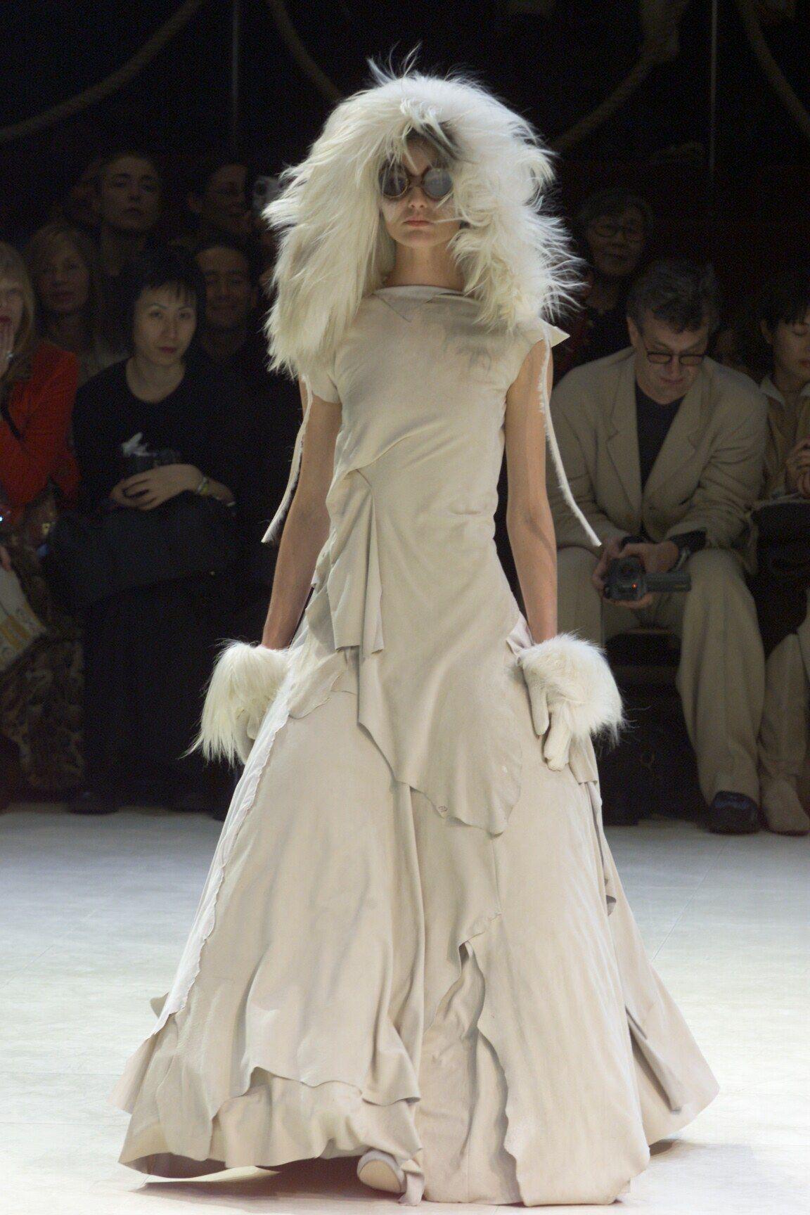 Yohji Yamamoto Fall 2000 ReadytoWear Fashion Show
