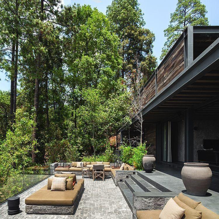 Avec son intérieur fait à partir de bois recyclé et de pierre locale, cette maison contemporaine au nom évocateur de «El Mirador» se niche dans la végétation luxuriante qui l'environne. Pho…