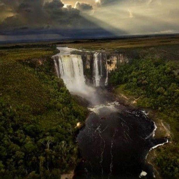 Salto Aponwao Parque Nacional Canaima municipio Gran Sabana estado Bolívar Venezuela.