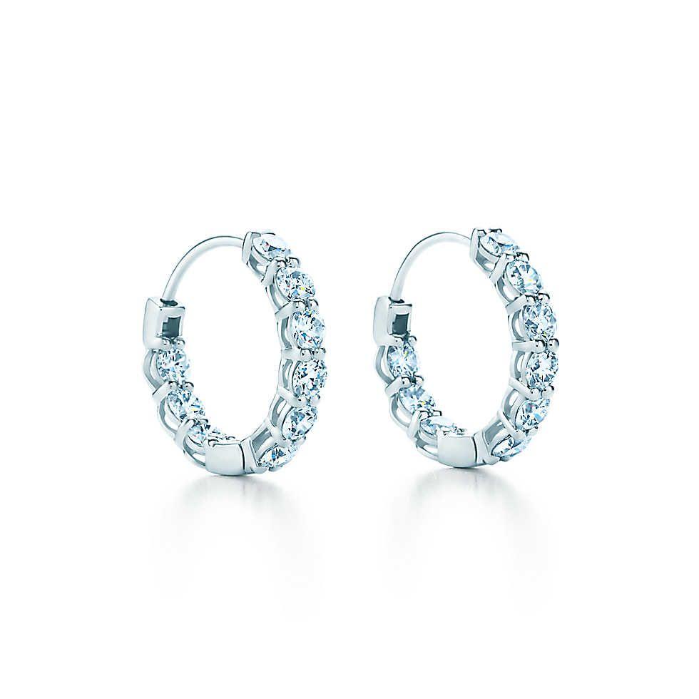 Brincos de argola em platina com diamantes, pequenos.   Tiffany   Co ... fb97f1b286
