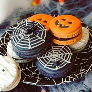 We are humbled in the presence of these #halloween macarons from @lindsey.ruel