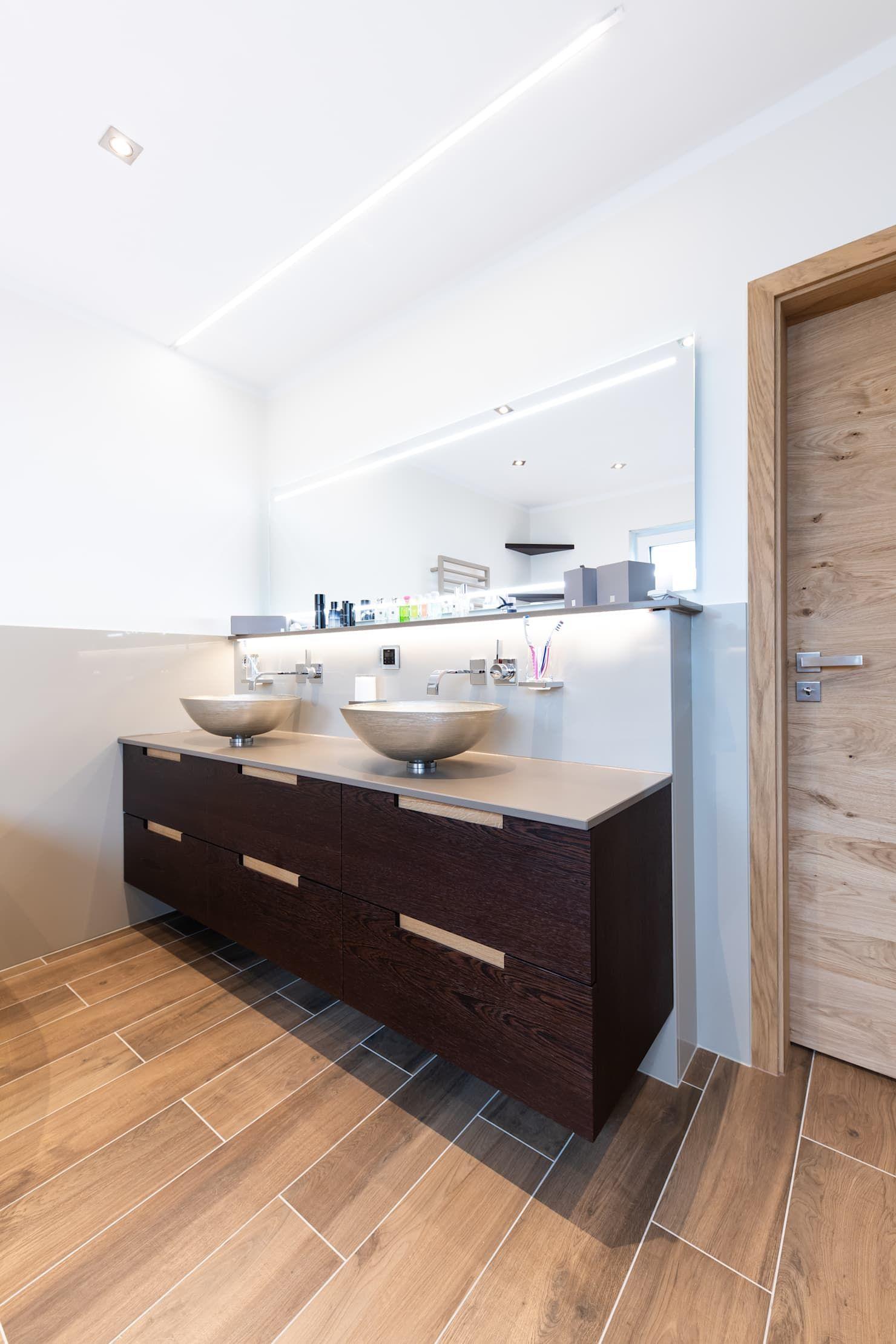 Edle Ruckwand Und Waschtischgestaltung Mit Quarzkomposite Badezimmer Von Natursteine Mulbach Gmbh Badezimmerboden Badezimmer Boden Duschboden