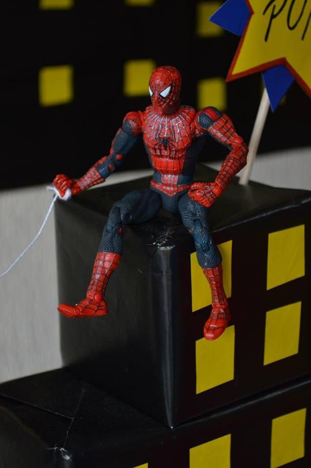 telaraña de hombre araña con hilo blanco grueso.