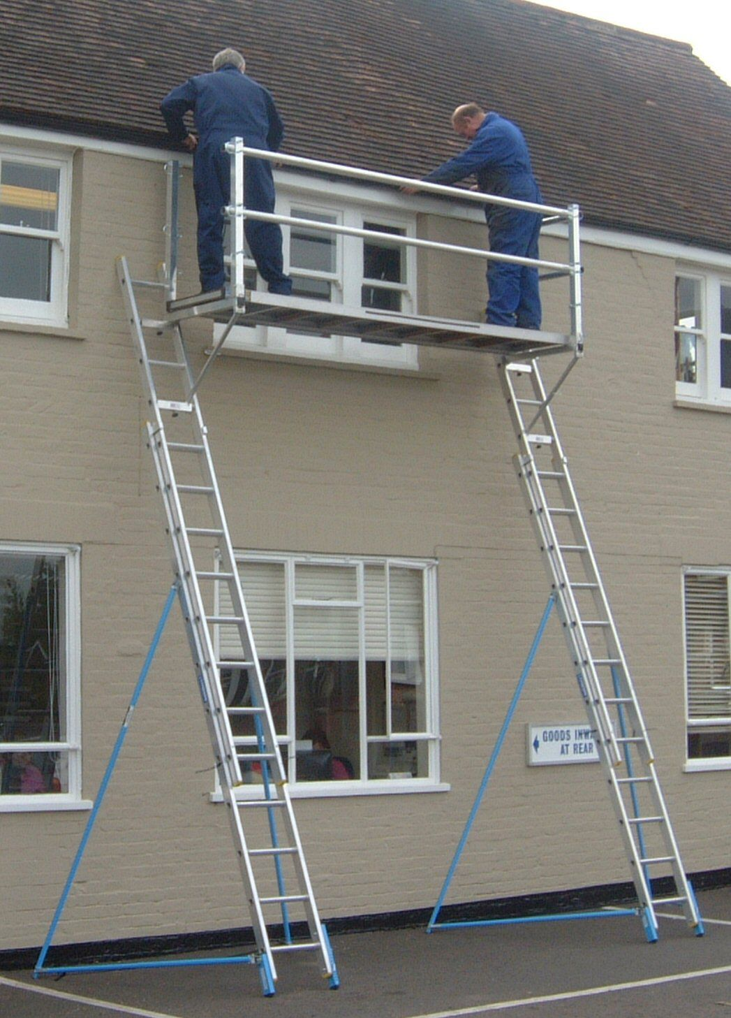 Roofing Ladders Amp A Pair Of Aluminium Ladder Staging