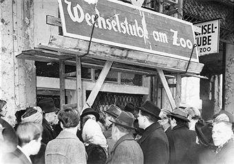 Amazing Tauschhandel Berlin Gedr nge an der Wechselstube am Bahnhof Zoologischer Garten