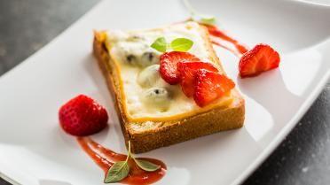 Verloren brood met Maredsous, aardbeien en veenbessen