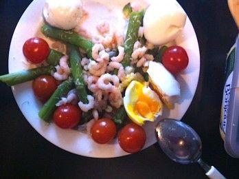 Sesonkiruokaa: parsa-katkarapusalaatti