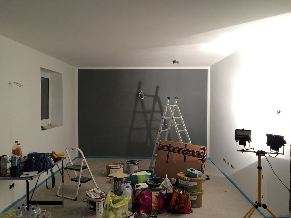 frogtape nach dem streichen wieder abziehen und fertig w nde im wohnzimmer grau streichen. Black Bedroom Furniture Sets. Home Design Ideas