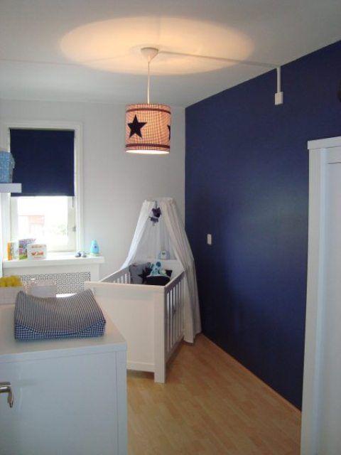 Blauwe muur en blauw gordijn babykamer kinderkamer pinterest gordijn blauw en muur - Jongen babykamer ...