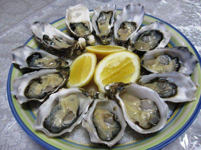 Le ostriche limone e pepe costituiscono una preparazione velocissima ma molto raffinata, si apriranno le ostriche servendole subito con il loro