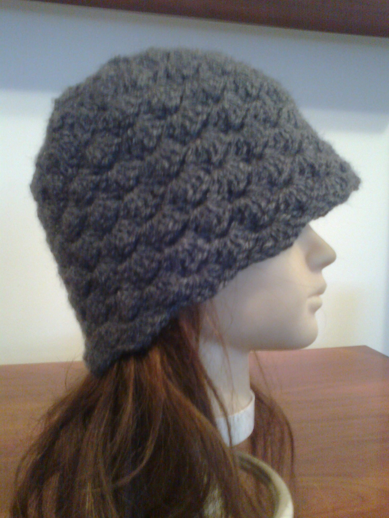 Prepárate para el frio con éste gorro a crochet en color gris ... e0a48a96d534