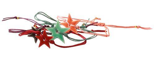Armbånd med keramik-stjerner  Til de fine armbånd med stjerner er der brugt keramikstjerner og polyestersnor i 0,9 mm.  Hvis du vil have en lille pynteperle i enden af snorene kan du, som vist her, bruge wireklemmer, da de er små med store huller.| Smyks.dk | Smyks.com | Smyks.de |