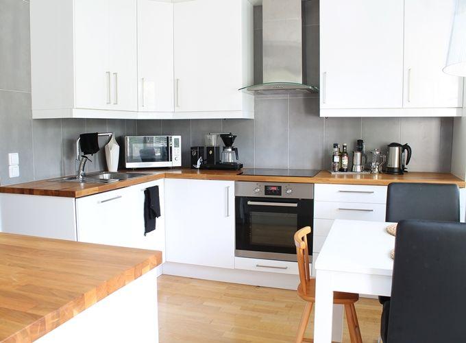 valkoinen keittiö harmaa laatta tammitaso  keittiöremppa