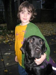 Nicoline Brummel vierde in de zomermaanden een paar dagen vakantie in Ronald McDonald Huis Barendrecht. Samen met haar zoon Robbert (8), bij wie de diagnose klassiek autisme is gesteld. Maar naast moeder en zoon werd er een wel heel bijzondere gast verwelkomd: Dobbs, een zwarte labrador die getraind is als autismegeleidehond. >> Lees het hele verhaal op: http://www.kinderfonds.nl/huis-barendrecht/het-huis/ouders-vertellen/ook-hond-dobbs-was-van-harte-welkom#sthash.1QkJney6.dpuf