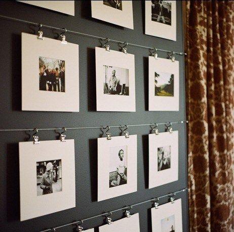 Outra opção é usar um fio de aço com placas de madeira ou MDF para colar as fotos,  coloque ganchos para pendurar as fotos no fio. Para dar mais destaque na foto, pinte de preto ou branco as plaquinhas de madeira.