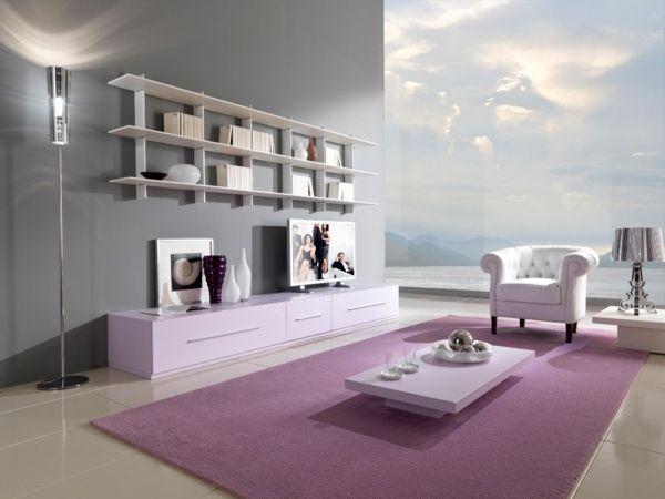 Individuelles Zimmer Lila Teppich Sofa Regale Tisch Grau Wand