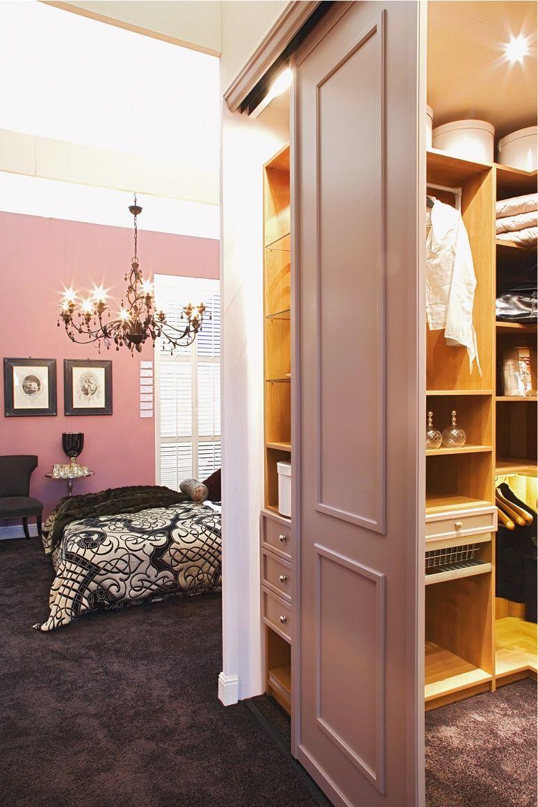 Begehbarer Kleiderschrank im Landhausstil von CABINET   Begehbarer kleiderschrank, Schöne ...