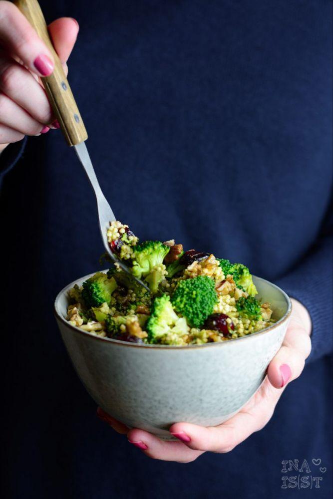 Essen im Büro #5 - Hirsesalat mit Brokkoli, Walnüssen und Cranberry - Ina Isst
