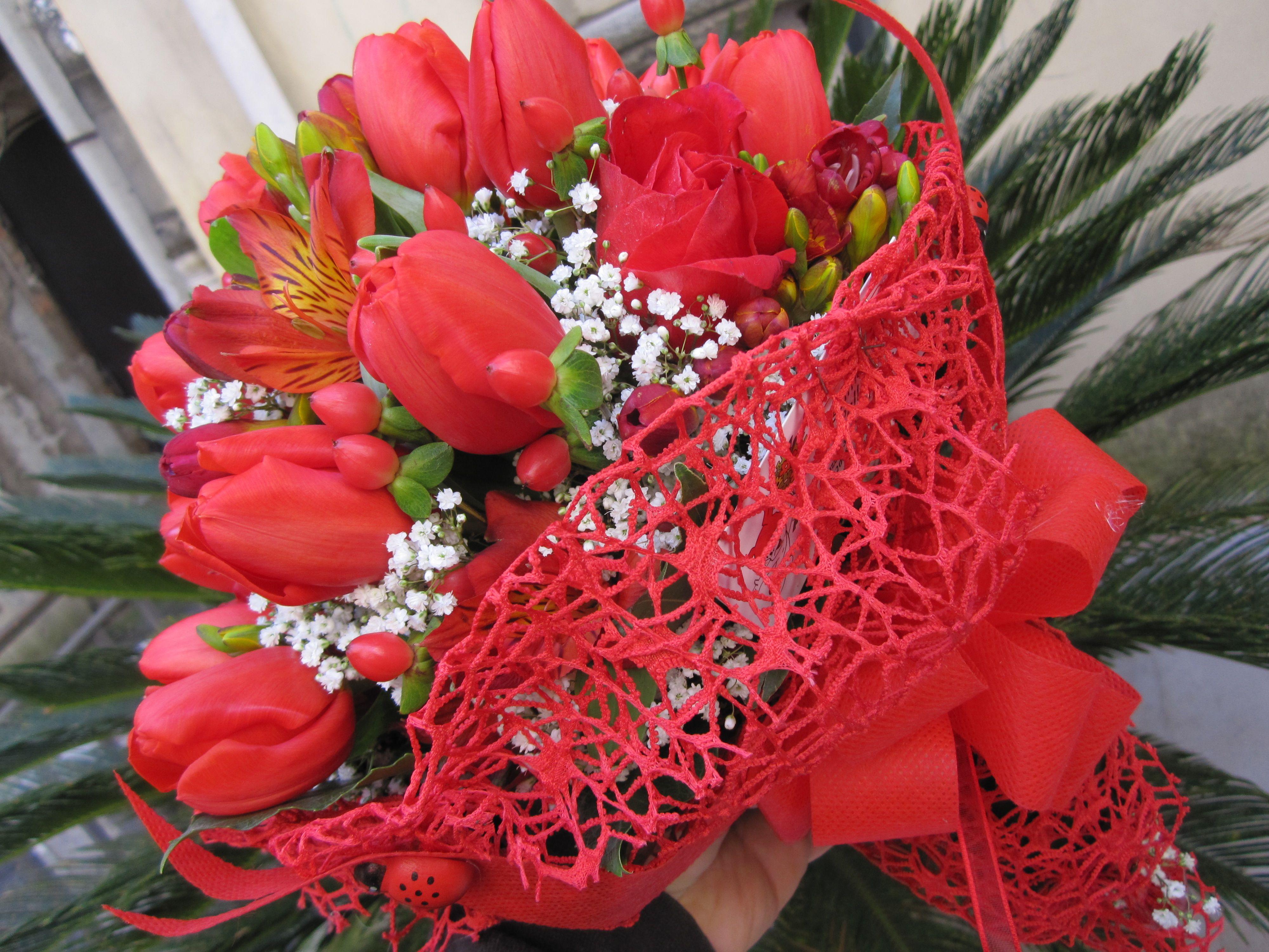 Mazzo Di Fiori X Laurea.Bouquet Per Laurea Con Tulipani Astroemelie Fresie E Gepsophila