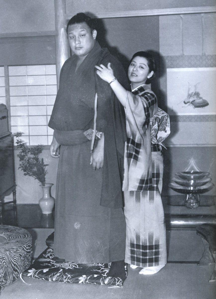 1939年(昭和14年)。双葉山夫妻。以前の写真はスキャン時のモアレが ...