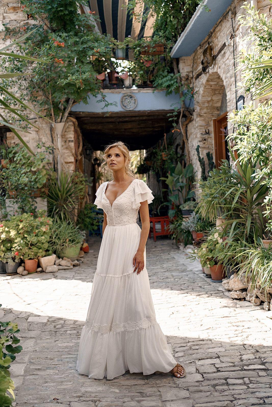 Suknia Slubna Boho Z Koronka Alita I Pracownia Sukien Slubnych Dama Couture Z Warszawy 2020 2021 Dream Wedding Dresses Wedding Dresses Dresses