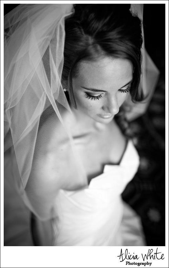 Brautfotografie und Brautfotos 2018 - hochzeitskleider-damenmode.de #bridalportraitposes Brautfotografie und Brautfotos 2018 #bridalportraitposes