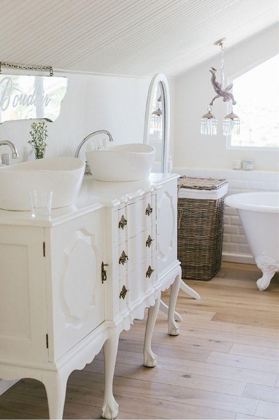 Une Commode Blanche Et Elegante Deux Vasques Blancs Modernes Meuble Salle De Bain Pas
