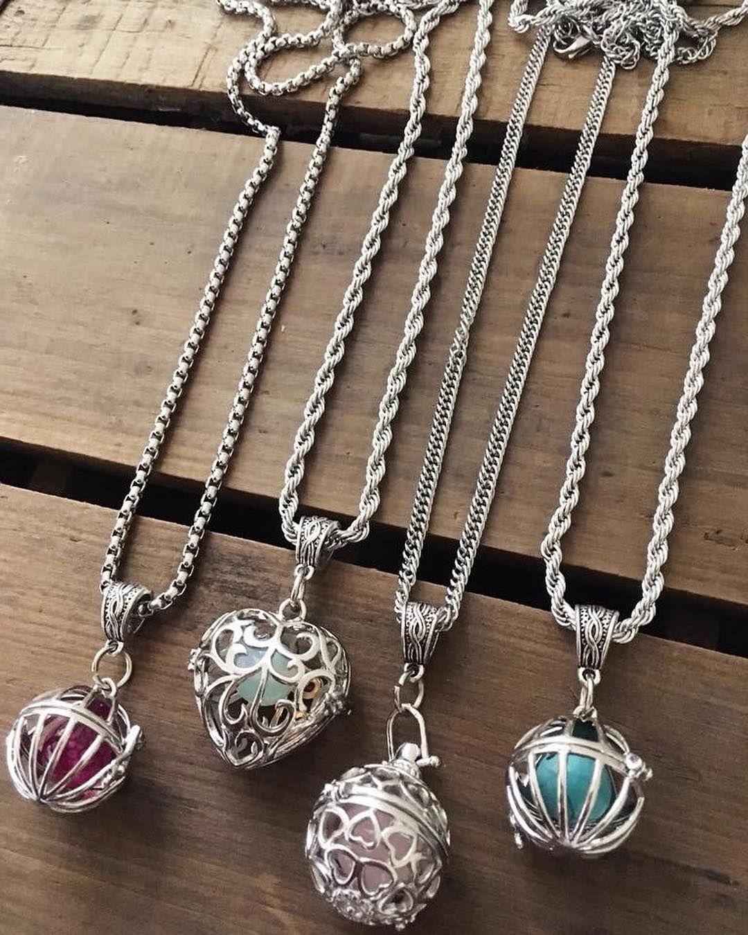f7d288953661 RELICARIOS ♥ Con cadena de acero quirúrgico y varias piedras para que  puedas cambiar el color del cofre ✨ ¿Ya tenés el tuyo