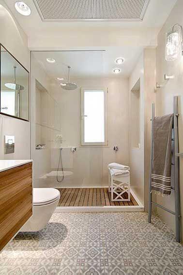 Carreaux de ciment sur le sol d\u0027une salle de bain blanche