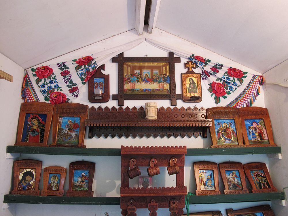 Minunate piese de mobilier tradițional și icoane pe sticlă semnate de Gheorghe și Elena Mateescu din Curtea de Argeș