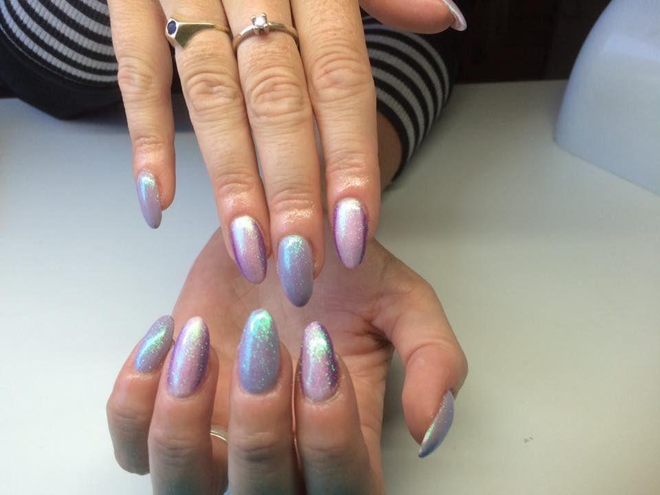 Flotte gele negle med pigment glimmer lavet af Yvonne, her er faded i 2 farver inden der er lagt pigment over neglene.
