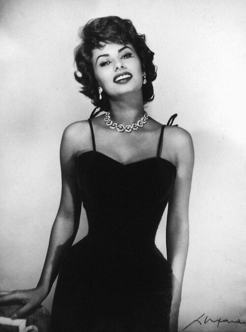 Photo of Sophia Loren. It's kind of insane how small women's waists were. Corsets served …