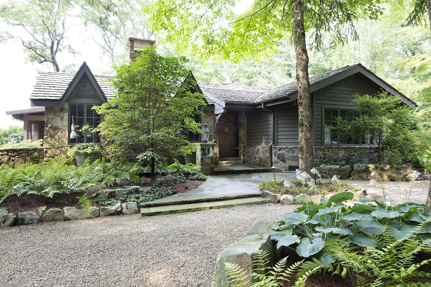 This Enchanting Mountaintop Cottage Embodies Coziness Woodlands Cottage Cottage Exterior Weekend Cottages