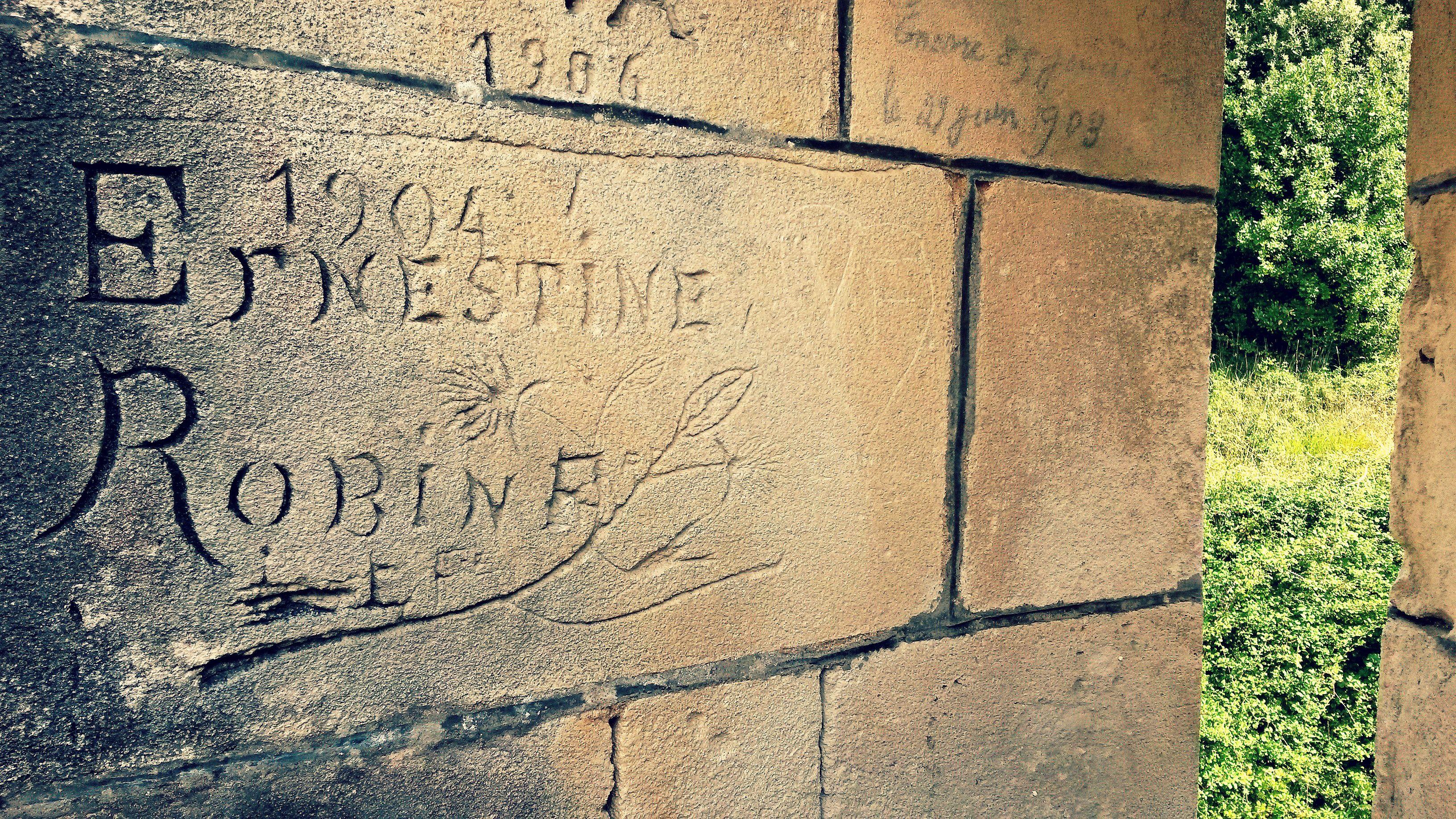 Souvenir d'amoureux en 1904 #graffiti au #Fort #Liédot #Patrimoine #îledAix #RochefortOcean #CharenteMaritime ©Bérengère Texier