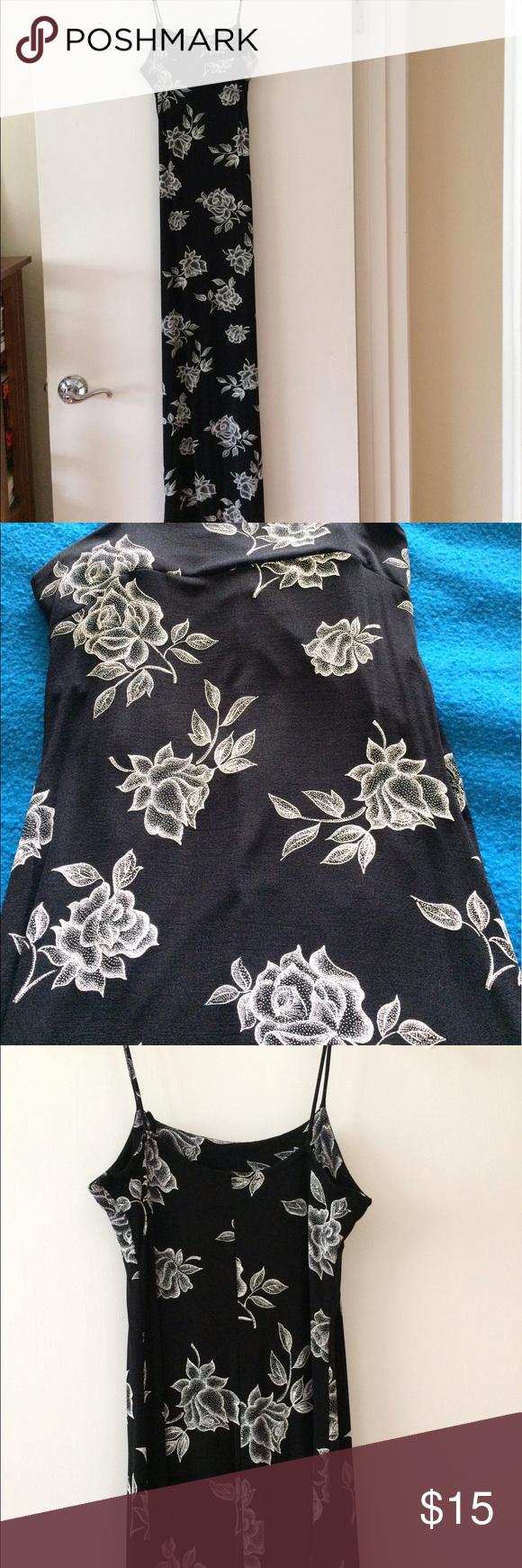 Schwarz-Weiß-Kleid Schwarz-Weiß-Kleid mit Rosenmuster ...