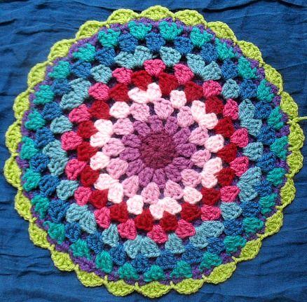 Granny circle. Círculos. Español-English http://knittingandcrocheting-club.blogspot.com.es/2012/04/granny-mandala-flat-circle-pot-holders.html