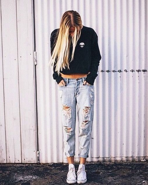 Boyfriend jeans converse and crew neck sweater. Brandy Melville. Cute a39e5ec96e