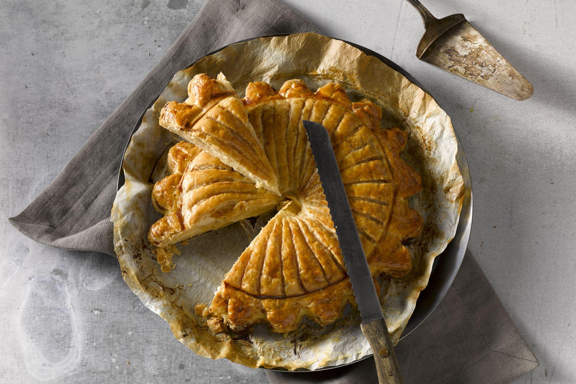 Een traditionele driekoningentaart maak je makkelijk zelf. Deze frangipannetaart gevuld met banketbakkersroom is puur genieten.
