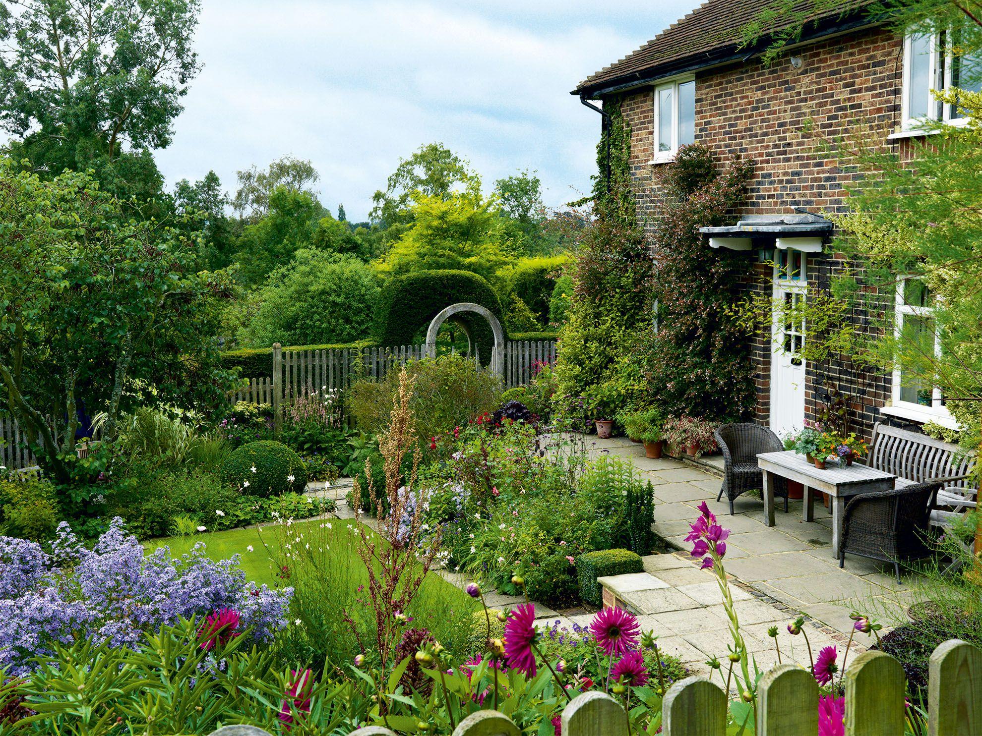 Groovy A Surrey Cottage Garden With Varied Colour Schemes Download Free Architecture Designs Scobabritishbridgeorg